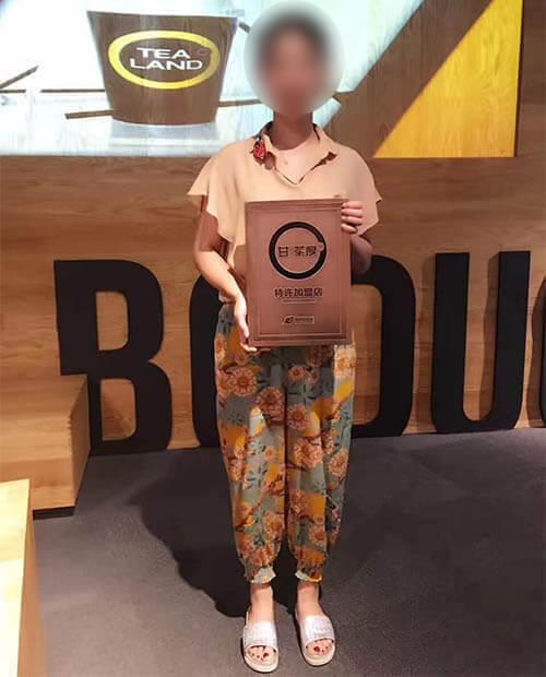 恭喜刘小姐跟家人签约泰州甘茶度加盟店